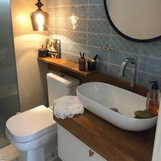 Prateleira para banheiro: 25 fotos e outros tutoriais para fazer essa peça Studio 60, Bath Caddy, Corner Bathtub, Art Decor, Home Decor, Sweet Home, Bathroom, Storage, House