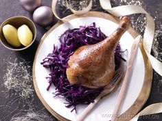 Knusprig gebratene Gans mit Orangen-Rotkohl - Christmas dish: Roasted goose with red cabbage. -- find German recipes in English @ www.mybestgermanrecipes.com