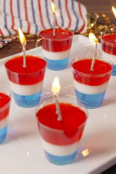 Rocket Jello Shots Your favorite kid's treat just got an adult makeover just in time for of July. 4th Of July Desserts, Fourth Of July Food, 4th Of July Party, 4th Of July Ideas, Third Party, Jello Shots Recept, Jello Shot Recipes, Drink Recipes, Drinks Alcohol Recipes