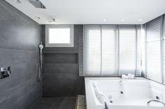 PROGETTA STUDIO DE ARQUITETURA E URBANISMO   Residencia  em Jurere Internacional - Florianópolis     Detalhe do banheiro da suite master Foto: Mariana Boro