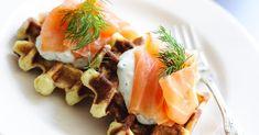 Kartoffel-Dill-Waffeln mit Kräuterdipp und Räucherlachs