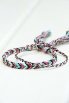 DIY – Fischgrätenarmband Flechten - New Sites Bracelet Love, Bracelet Crafts, Jewelry Crafts, Heart Friendship Bracelets, Friendship Bracelet Patterns, Diy Tresses, Diy Bracelets With Names, Braided Bracelets, Ceinture Louis Vuitton