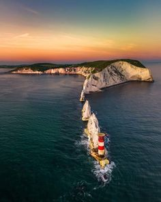 To discover the wonders of the United Kingdom, take advantage of 23 euros on your next reservation! Great Places, Places To See, Beautiful Places, Needles Isle Of Wight, Places Around The World, Around The Worlds, England Uk, United Kingdom, Tours