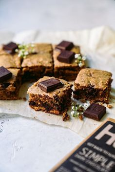 Spring is here and we are making super easy one bowl chocolate chunk vegan blondies! These vegan blondies are all the gooey, crunchy goodness you need. Vegan Dessert Recipes, Delicious Vegan Recipes, Vegan Sweets, Almond Recipes, Vegan Food, Blondie Dessert, Dessert Bars, Brownie Blondie, Substitute For Bread Crumbs