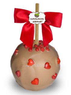 Manzana envuelta de caramelo con capa de chocolate de leche, decorada con chispas de chocolate color rojo y corazones de azúcar.