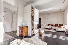 Viihtyisä ja rauhallinensisustus on syntynyt luottamallavalkoisen ja ruskean eri sävyihin. Huonekalut on valittu harkiten ja ne antavat rakennuksen muotojen ja pintojen olla huomion keskipisteenä. Ruokailuryhmän istuimet koostuvat pitkästä penkistä, muutamasta vanhasta puutuolista sekä Eamesin designtuolista. Suurelle pöydälle mahtuu useampi Iittalan Festivo -kynttilänjalka näyttävään asetelmaan. Sohvan viereen pinotut matkalaukut toimivat matalana lehtitasona sekä säilytyslaatikkoina…