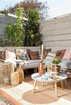 terraza con plataforma de madera y asientos acolchados