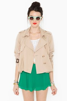 Cute cropped trench coat! #outerwear #khakis #outfit #effortless #weekend #casual #style #chic #vacay #tourist #details #green #summer #accessories #sunnies #bracelets #jewelry