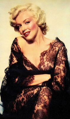 Hello and Welcome to the Marilyn Monroe Fan Site. Take a peek through the fine collection of Marilyn Monroe videos, photographs and gifs. Mae West, Marilyn Monroe Gif, Nickolas Muray, Look Vintage, Vintage Glamour, Retro Vintage, Norma Jeane, Movie Stars, My Idol