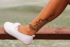 Henna-Tattoo-Unterschenkel-Blumen-Bodypainting