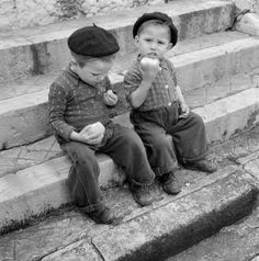 Dapper boys eating apples in Portugal Old Pictures, Old Photos, Vintage Photos, Black White Photos, Black And White Photography, Monochrome, Nostalgic Pictures, Good Old Times, Vintage Photography