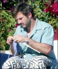 David Arquette Knitting isn't just for famous actresses. David Arquette is just one of many famous men who knit. Arquette, who learned to knit from his grandmother, is such an avid knitter that he graced the cover of Celebrity Scarves Knitting Yarn, Knitting Patterns, Knitting Club, Knitting Humor, Real People, Famous People, David Arquette, Knit Art, Harley Quinn