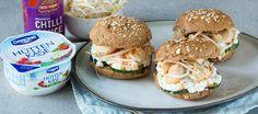 Lunch van huttenkase, komkommer en kip op een broodje