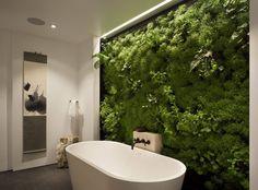 Apporter une touche de verdure dans la salle de bain avec un mur végétal. © Design Siolstudios ; Photo Paul Dyer