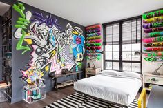 Who said that the place graffiti only on a dirty street walls? But Graffiti can also be entered into all types of architectural and design Apartment Bedroom Decor, Apartment Interior Design, Interior Ideas, Lobby Interior, Bedroom Wall, Skateboard Bedroom, Skateboard Decor, Skateboard Parts, Graffiti Room
