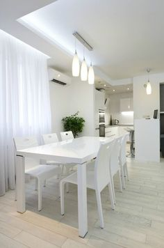 cuisine et salle à manger 2 en 1 avec un faux plafond et éclairage indirect led en blanc