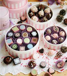 mini hatboxes with chocolates