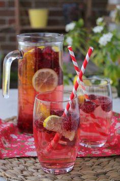 Une jolie manière de célébrer l'été, un rafraîchissement fruité et rose... La recette est très simple, je vous conseille juste de vous y prendre quelques heures avant de déguster afin que les fruits soient bien infusés. Un apéritif tout doux, sucré, légèrement...