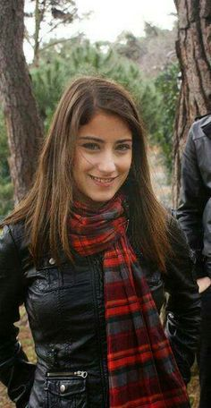 Red scarf Feriha Y Emir, Turkish Beauty, Red Scarves, Tips Belleza, Turkish Actors, Love Her Style, Best Actress, Beautiful Actresses, Pretty Face
