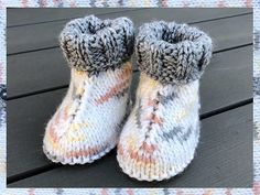 Ravelry: Baby Hug Boots pattern by marianna mel Knit Baby Shoes, Baby Booties Knitting Pattern, Baby Boy Knitting, Knitted Booties, Knit Boots, Baby Socks, Baby Girl Shoes, Baby Knitting Patterns, Baby Knits