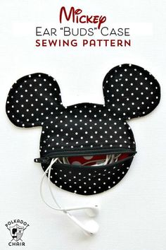 Free Sewing Pattern for a Mickey Mouse inspired earbud pouch sewing pattern, a cute Disney DIY craft project to make before your vacation. Easy Sewing Projects, Sewing Projects For Beginners, Sewing Hacks, Sewing Tutorials, Sewing Crafts, Sewing Tips, Love Sewing, Sewing For Kids, Pochette Diy