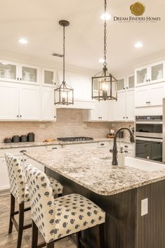 Obsessing over the layout of this kitchen, there is so much counter space! Decorating Tips, Interior Decorating, Interior Design, Kitchen Decor, Kitchen Design, Two Tone Cabinets, New Home Construction, Custom Kitchens, Home Trends