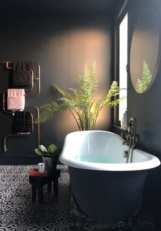 Charming Black Bathtub Design Ideas With Gothic Influence That You Need To Have Bathroom Wallpaper Vintage, Vintage Bathtub, Bad Inspiration, Bathroom Inspiration, Black Bathtub, Dark Bathrooms, Design Living Room, Bathroom Interior Design, My New Room