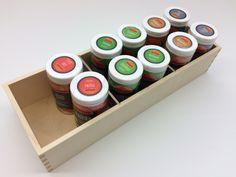 Kleine Holzbox mit bis zu drei Abteilungen für Gewürze, Zutaten oder Rezepte. Box, Nespresso, Coffee Maker, Kitchen Appliances, Household, Recipies, Coffee Maker Machine, Diy Kitchen Appliances, Snare Drum