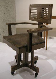 Office-chair-Frank-Lloyd-Wright-CC-Sailko.jpg (427×599)