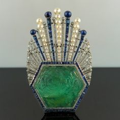 Broche Art Deco. 1910. Perlas, zafiros y esmeraldas, todo montado en platino.