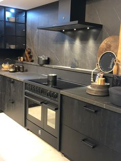 Inductiefornuis All Black 2 ovens - UW-keuken.nl Inductiefornuis All Black 2 ovens - UW-keuken. Farmhouse Kitchen Interior, Modern Kitchen Interiors, Home Decor Kitchen, Rustic Kitchen, Interior Design Kitchen, Smeg Kitchen, Kitchen Stove, Kitchen Island, Beach House Kitchens