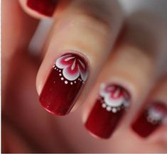 unha decorada com flor vermelha