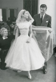 """""""Funny Face"""" Wedding Dress Audrey Hepburn was rocking her Givenchy dress way before Bey, as Jo Stockton in this 1957 movie. The super-chic, tea-length wedding gown has become one of the most iconic in the history of film. Robes Audrey Hepburn, Audrey Hepburn Wedding Dress, Audrey Hepburn Funny Face, Audrey Hepburn Pictures, Audrey Hepburn Outfit, Audrey Hepburn Givenchy, Aubrey Hepburn, Movie Wedding Dresses, Wedding Movies"""