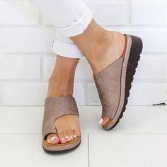Frauen Casual Flip Flop Sandalen Frauen Strandschuhe - Gifthershoes Source by pattonfrance Leather Sandals, Wedge Sandals, Shoes Sandals, Pu Leather, Summer Sandals, Summer Shoes, Trendy Sandals, Toe Shoes, Flat Shoes