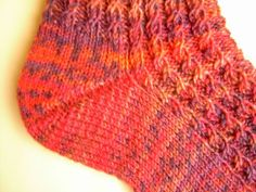 Mini cable pattern socks for Lena with instructions : Pumpkin soup or coffee bean patterns are always boring. Got this mini cable pattern from my neighbor. It is also an ancient pattern, but it is very beautiful. Since only one stitch is… Fair Isle Knitting, Knitting Socks, Baby Knitting, Knitted Hats, Learn How To Knit, How To Start Knitting, Knitting For Beginners, Knitting Projects, Knitting Patterns