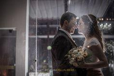 casal se olhando com olhar apaixonado, vidro com gotas de chuva, noiva segurando o buque (scheduled via http://www.tailwindapp.com?utm_source=pinterest&utm_medium=twpin&utm_content=post90601019&utm_campaign=scheduler_attribution)