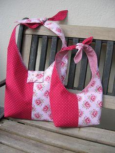 Taschenschnittmuster für eine Umhängetasche in mehreren Varianten: 3 große Taschen und 2 Kindertaschen.