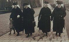 552_302467 Vier dames uit Oud-Beijerland met Hoeksewaardse keuvel komen Sint-Nicolaascadeautje kopen in Dordrecht december 1932 - Regionaal Archief Dordrecht #ZuidHolland #HoekseWaard