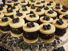 Delicioso brigadeiro gourmet de aproximadamente 20 gramas entre duas moedas de chocolate.  Preço a partir de R$2,50, de acordo do com o sabor.  O chocolate das moedas fica a critério do cliente.  Pedido mínimo R$ 3,38 Eid Sweets, Beautiful Desserts, Cupcake, Mini Desserts, Confectionery, Mini Cakes, Cake Designs, Finger Foods, Cake Toppers
