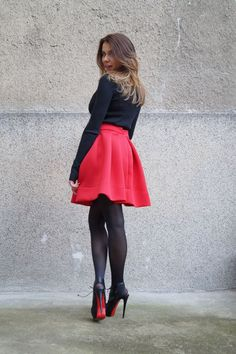 Find out inspiring ideas how to wear red skirts. This beautiful garment can make you look at your best. All you need is to find your favorite combination. Women's Mini Skirts, Red Skirts, Casual Skirts, Red Skirt Outfits, Winter Skirt, Winter Dresses, Dress Winter, Elegantes Outfit Frau, Outfits Damen