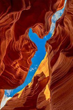 ...el cielo se pinta cual un cuadro surrealista..., muy al estilo de Dalí.