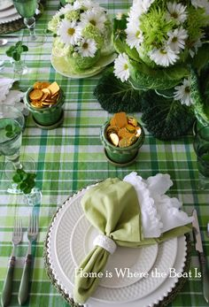 Another beautiful summery green tablecloth with daisies and simple white plates!