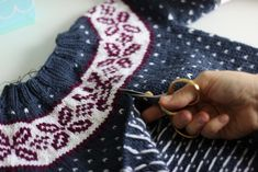 Technique : Le steek (transformer un pull en gilet) – Along avec Anna Crochet Hooks, Knit Crochet, Anna, Knit In The Round, Couture Sewing, Lace Bows, Pullover, Knitting Designs, Sewing Hacks