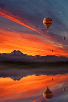 Hot air balloon flying over a reflective lake at sunset Air Balloon Rides, Hot Air Balloon, Beautiful Sky, Beautiful Landscapes, Landscape Photography, Nature Photography, Balloons Photography, Air Ballon, Belle Photo