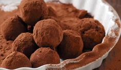Chocolate truffles are a classical French confectionery recipe that can be easily recreated without using any sugar. They make a wonderfully rich and decadent treat.Truffles are made from chocolate… Keto Chocolate Mousse, Dark Chocolate Truffles, Vegan Dark Chocolate, Sugar Free Chocolate, Low Carb Deserts, Low Carb Sweets, Chocolates, Delicious Desserts, Yummy Food