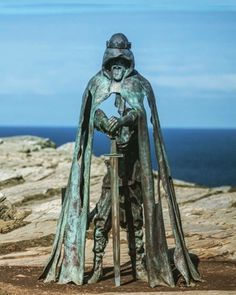 Gallos at Tintagel Castle - Cornwall, England Rei Arthur, King Arthur, Medieval, Legend Of King, Sculpture Art, Bronze Sculpture, Art And Architecture, Great Britain, Places To See