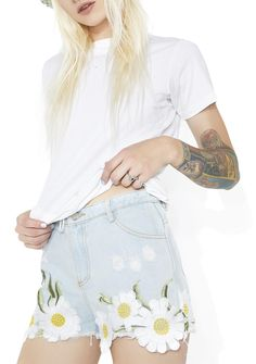 Wandering Meadows Embroidered Shorts cuz where else would you rather be, babe? Be one with the flowerz in these shorts that feature a light blue denim construction, a classikk five pocket design, distressed details all over, and some pretty lil daisies goin' along the hem.