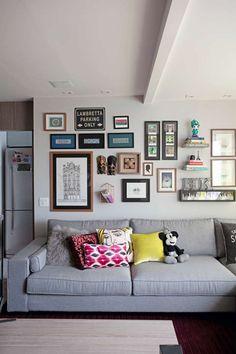 Composição de quadros e objetos na parede (Foto: Marco Antonio/Editora Globo)