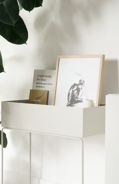 The Ferm Living plant box has been on my wish list for the longest time. In my ongoing collaboration with David Village Living I got the change to style the plant box in different ways. The plant box is both elegant and timeless. It's a great example of Danish design. With it's Nordic minimal shape and functional design, it is so versatile.  #urbanjungle #fermliving #plantbox #danishdesign #nordicliving #scandinavianhome #scandinavianliving
