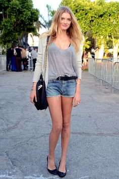 Lily Donaldson demonstrates her effortless style in these denim shorts paired with easy-going knits and ballet flats. Lily Donaldson, Celebrity Jeans, Celebrity Style, Shorts Sexy, Denim Shorts, Short Shorts, Cutoffs, Cute Summer Outfits, Cute Outfits